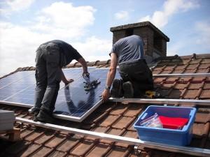 montaż paneli i baterii słonecznych