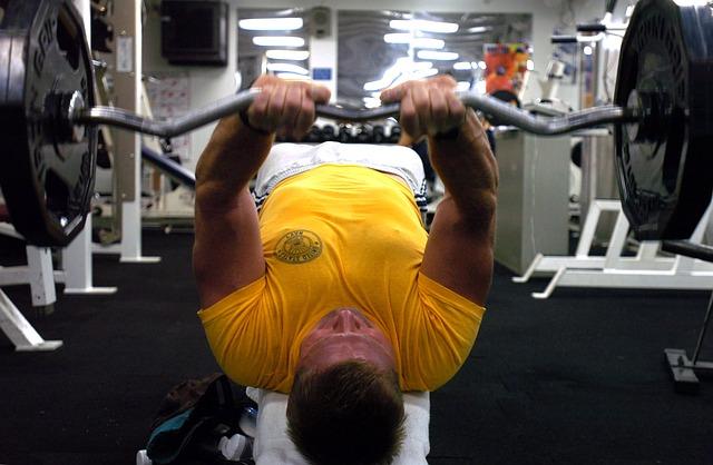 trener personalny demonstrujący ćwiczenie