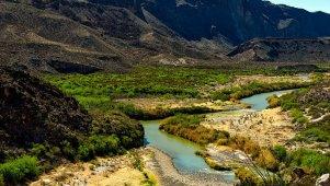 Piękny krajobraz z górami i wodą w Texasie