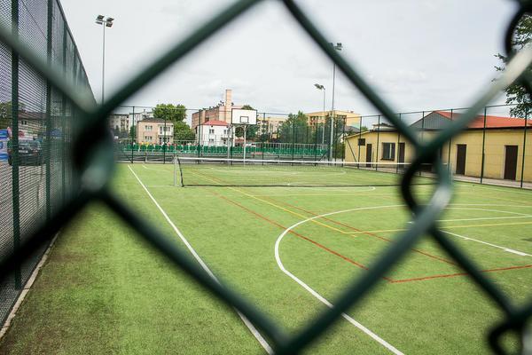bezpieczne nawierzchnie na boisko szkolne