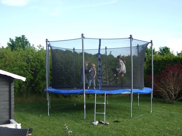 trampolina ogrodowa dla dzieci z siatką